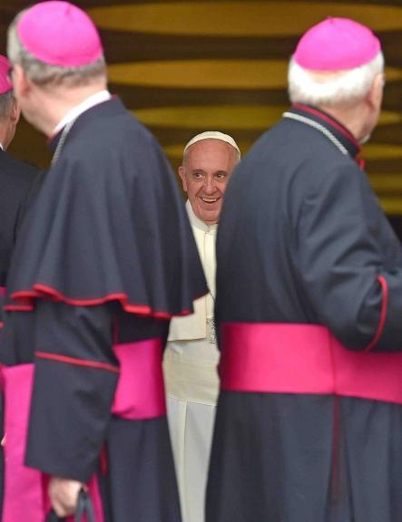 VAT36 CIUDAD DEL VATICANO (VATICANO) 06/10/2015.- El papa Francisco (c) sonríe tras presidir una nueva sesión de la Asamblea General Ordinaria del Sínodo de los Obispos sobre la Familia en el Vaticano, hoy, 6 de octubre de 2015. EFE/Ettore Ferrari