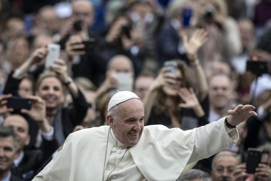 VATICANO PAPA:VAT09 CIUDAD DEL VATICANO (VATICANO) 13/04/2016.- El papa Francisco saluda a los fieles durante la audiencia general de los miércoles en la plaza de San Pedro, Ciudad del Vaticano, hoy, 13 de abril de 2016. EFE/Angelo Carconi