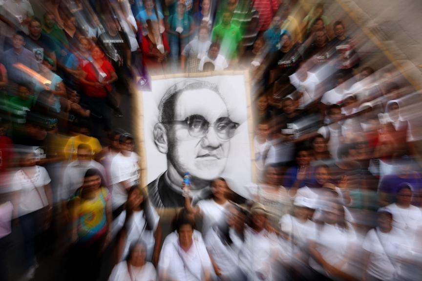 EL SALVADOR ROMERO:ACOMPAÑA CRÓNICA: EL SALVADOR ROMERO. ESA6003. SAN SALVADOR (EL SALVADOR), 25/03/2017.- Feligreses participan en una marcha dedicada al beato Óscar Arnulfo Romero hoy, sábado 25 de marzo de 2017, en San Salvador (El Salvador). El beato mártir de El Salvador, Óscar Arnulfo Romero, tomó nuevamente las calles de la capital para reencarnarse en cada uno de los cientos de ciudadanos que, portando pancartas e imágenes alusivas a monseñor, conmemoran el 37 aniversario del asesinato del religioso pidiendo a gritos su canonización. EFE/ Rodrigo Sura[ACOMPAÑA CRÓNICA: EL SALVADOR ROMERO
