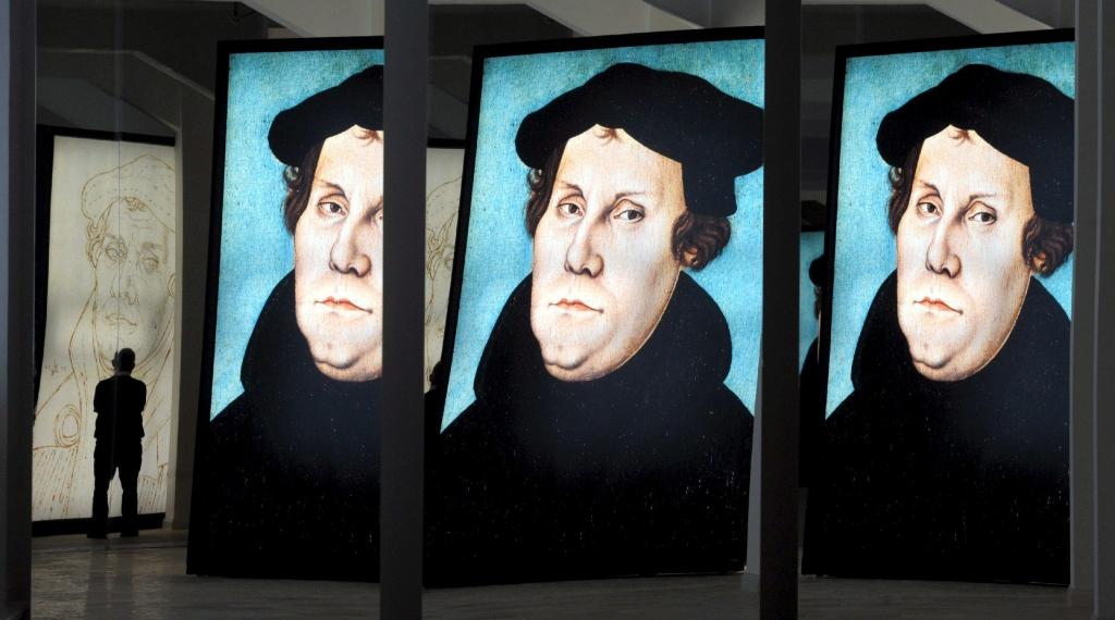 """ALEMANIA RELIGIÓN EXPOSICIÓN:DPAI45 HALLE (ALEMANIA) 30/10/2008.- Reflexiones de un retrato de Martin Lutero durante la exposición llamada """"Conclusiones de Lutero"""", en el museo estatal de prehistoria de Halle, Alemania, hoy 30 de octubre de 2008. Esta muestra, que permanecerá abierta hasta el 26 de abril de 2009, ofrece aspectos desconocidos de la vida de Martin Lutero (1483-1546) a través de 620 objetos. EFE/Peter Endig"""