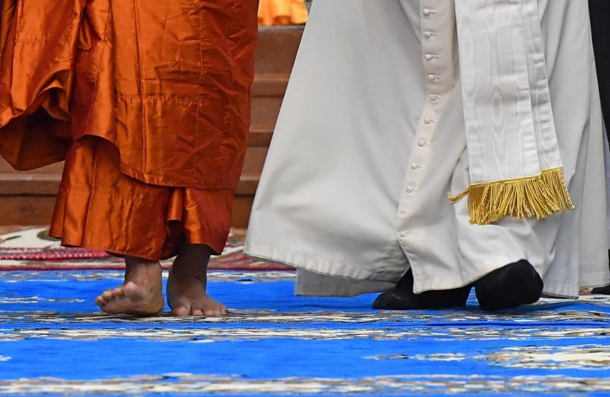 """LBB11159. RANGÚN (BIRMANIA), 29/11/2017.- El papa Francisco camina junto a Bhaddanta Kumarabhivasma, presidente del Consejo Supremo de la """"Sangha"""", el órgano formado por los máximos jefes de rama budista Theravada, en Rangún (Birmania) hoy, 29 de noviembre de 2017. En su tercera jornada de visita a Birmania, Francisco visitó a los líderes que representan a todos los budistas en el centro Kaba Aye, un lugar simbólico en un país donde el budismo es """"religión de Estado"""". EFE/ Ettore Ferrari"""