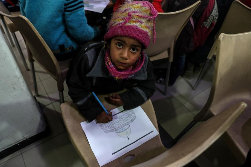 EPA4748. DUMA (SIRIA), 19/12/2017.- Un niño colorea la Cúpula de la Roca de Jerusalén durante una clase de arte en solidaridad con Palestina en Duma (Siria) hoy, 19 de diciembre de 2017. EFE/ Mohammed Badra