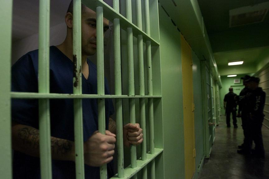 SJU01-PONCE-(PUERTO RICO)-28/04/05-El joven puertorriqueÒo Juan MartÌnez, permanece encerrado en una celda del penal