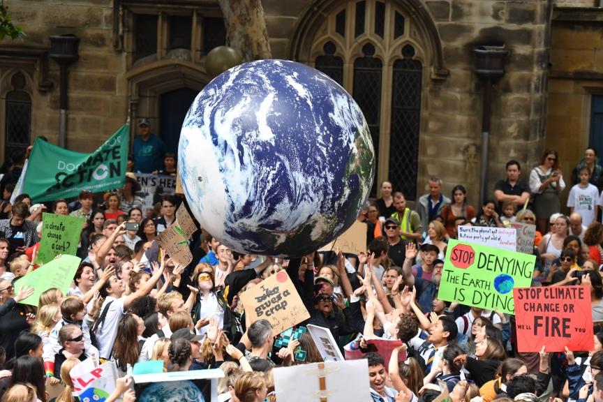 AU01. SYDNEY (AUSTRALIA), 15/03/2019.- Estudiantes de escuelas de todo Sydney asisten a la manifestación mundial #ClimateStrike este viernes en Town Hall, en Sydney (Australia). Se espera que cientos de miles de estudiantes actúen en todo el mundo para exigir una acción política urgente sobre el cambio climático. EFE/Dean Lewins PROHIBIDO SU USO EN AUSTRALIA Y NUEVA ZELANDA