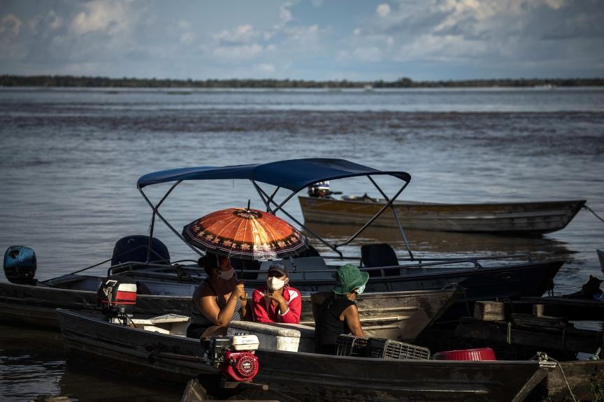ACOMPAÑA CRÓNICA: CORONAVIRUS BRASIL - BRA01. MANACAPURU (BRASIL), 10/06/2020.- Pobladores navegan, el 8 de junio de 2020, en Manacapuru, Amazonas (Brasil). Los vecinos de Manacapuru aún lloran la muerte de uno de los pocos doctores que trabajaba en esta ciudad de la Amazonía brasileña. Falleció de coronavirus. El último mazazo para esta recóndita localidad que cuenta con una de las mayores tasas de mortalidad por COVID-19 de todo Brasil. Manacapuru, en el interior del estado de Amazonas (norte), ha vivido un infierno en el corazón de la selva. La pandemia ha entrado con una virulencia inusitada en este territorio bañado por las aguas del río más caudaloso del planeta. EFE/ Raphael Alves